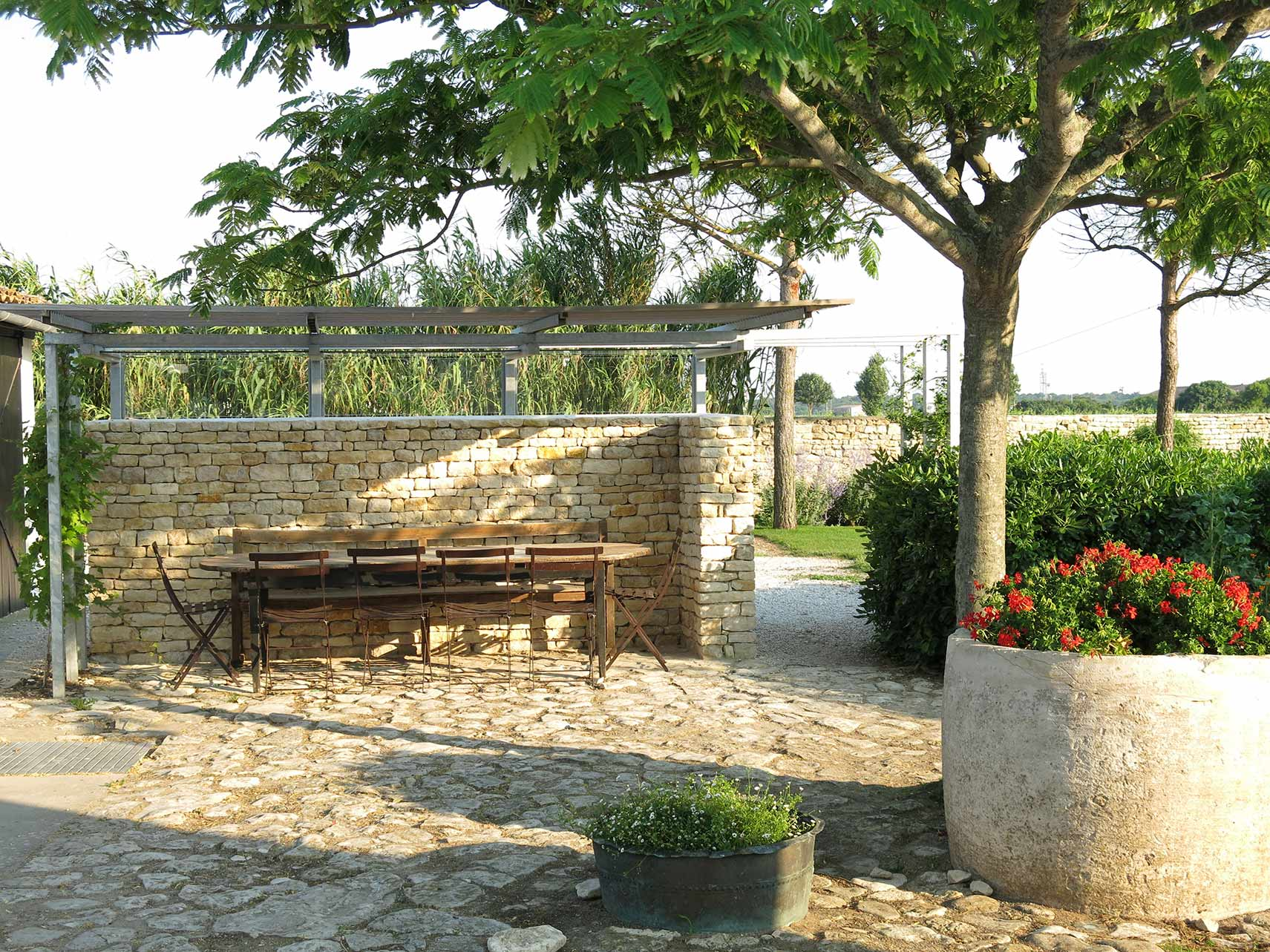 Outdoor table - Hotel Le Senechal Charente Maritime